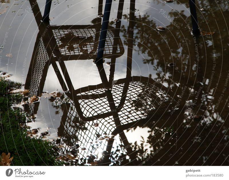 Zwischen den Stühlen... Gedeckte Farben Außenaufnahme Menschenleer Tag Reflexion & Spiegelung Freizeit & Hobby Stuhl Wasser Wolken Gewitterwolken Wetter