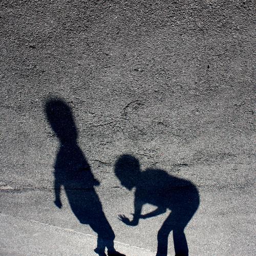 TU MIR NIX ! Gedeckte Farben Außenaufnahme Schatten Silhouette Kampfsport Kindererziehung Schulhof 2 Mensch hocken kämpfen Spielen stehen Konflikt & Streit