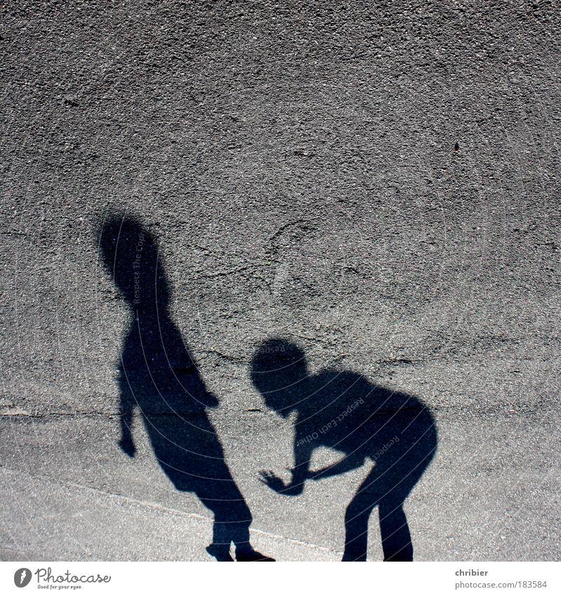 TU MIR NIX ! Mensch schwarz Spielen grau Bewegung Zusammensein Angst Fröhlichkeit stehen bedrohlich Wut Konflikt & Streit Schatten kämpfen Kindererziehung