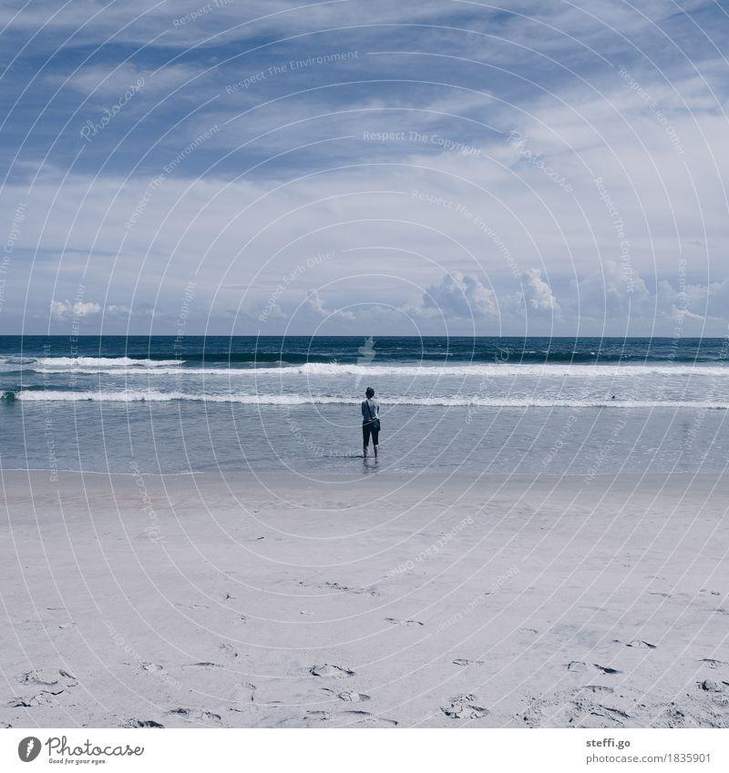 Weitblick Ferien & Urlaub & Reisen Tourismus Ferne Freiheit Sommer Sommerurlaub Mensch 1 Umwelt Natur Landschaft Wellen Küste Strand beobachten entdecken