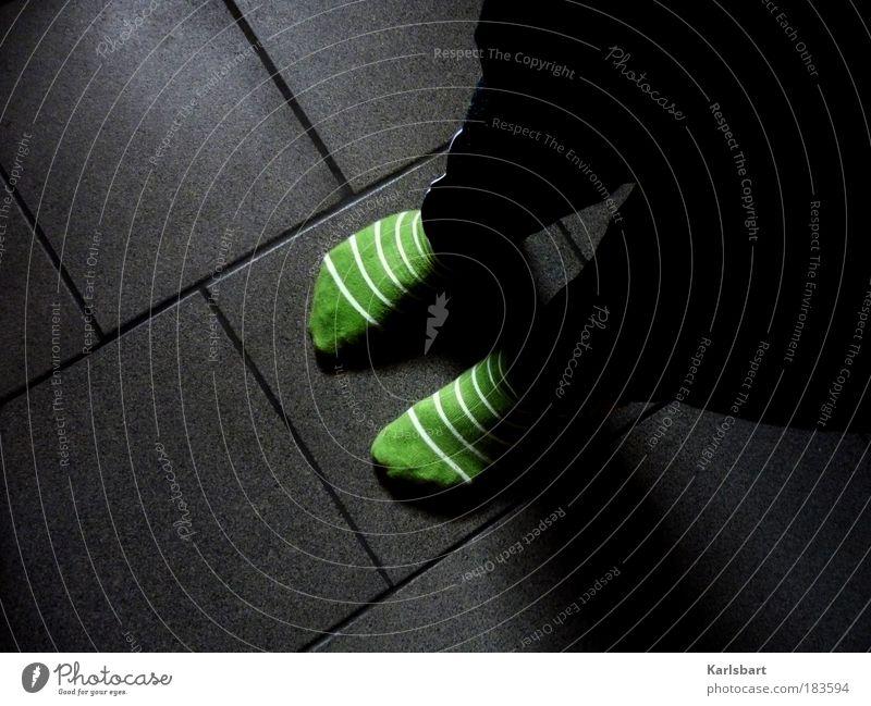 fuss. boden. Lifestyle Häusliches Leben Wohnung Kindergarten Kindheit Beine Fuß Punk Bodenbelag Fußgänger Hose Strümpfe Strumpfhose Streifen stehen Armut dunkel