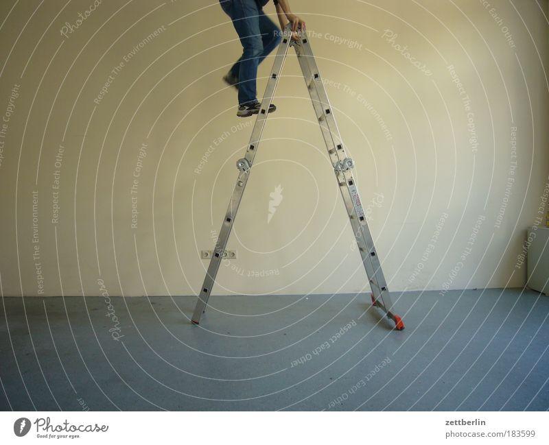 Leiter Mann Beine Raum leer Treppe Niveau Klettern Mensch Blase Umzug (Wohnungswechsel) steigen ausdruckslos Karriere Renovieren