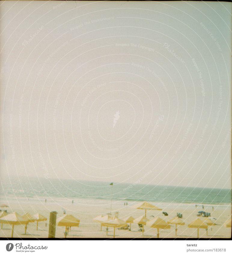 Am Ende das Meer Himmel Sommer Strand Ferien & Urlaub & Reisen ruhig kalt Sand Küste Zufriedenheit Horizont Europa Sonnenschirm Lomografie schlechtes Wetter