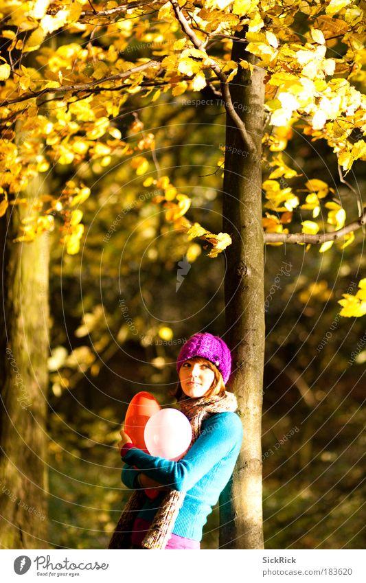 . Mensch Jugendliche Baum Wald Erwachsene gelb Junge Frau Herbst feminin Freiheit Traurigkeit 18-30 Jahre Stimmung Lächeln Luftballon Kitsch