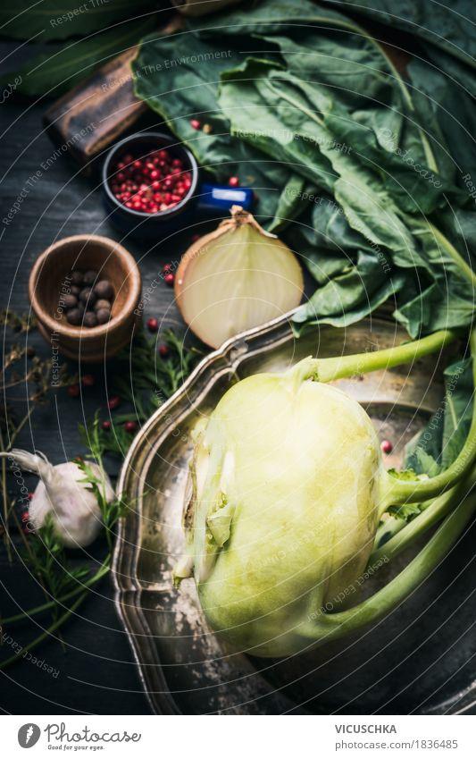 Frischer Kohlrabi auf dunklem Küchentisch Lebensmittel Gemüse Ernährung Bioprodukte Vegetarische Ernährung Diät Geschirr Stil Design Gesunde Ernährung Sommer