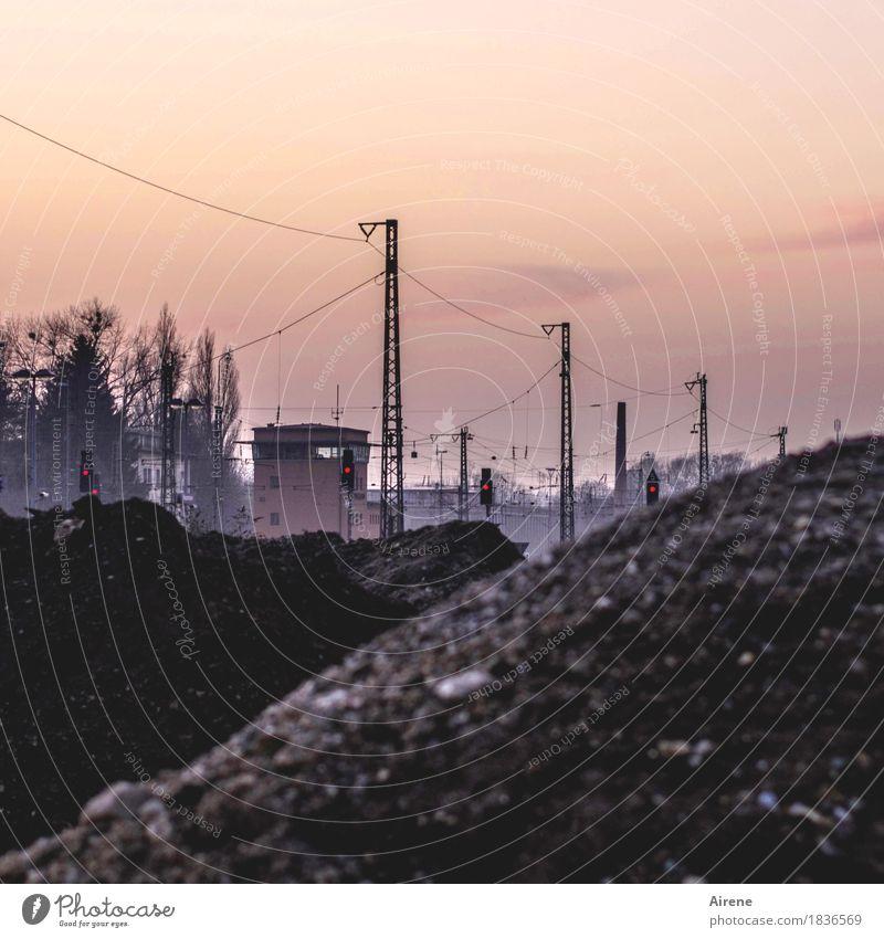 Gleisbauarbeiten Leitung Kabel Stadt Gebäude Verkehr Bahnfahren Ampel Signalanlage Schienenverkehr Bahnhof Bahnsteig Gleise Schienennetz Strommast Mast Metall