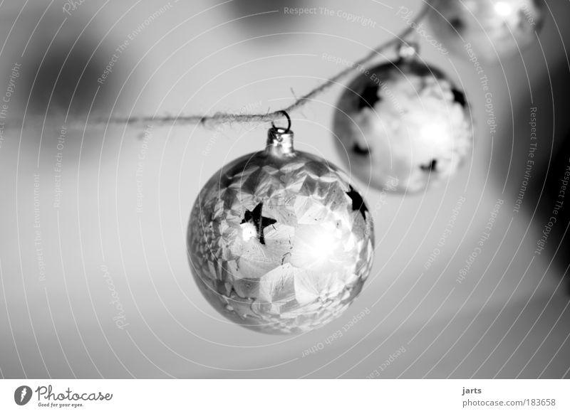 drei vor weihnacht Weihnachten & Advent weiß glänzend Glas elegant Schwarzweißfoto Frieden Dekoration & Verzierung Gelassenheit Christbaumkugel