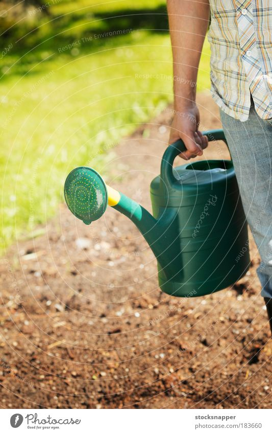 Gießkanne Dose Wasser Garten Gartenarbeit Kunststoff Hand Beteiligung grün Arme Sommer Tag unkenntlich Ausguss Außenaufnahme