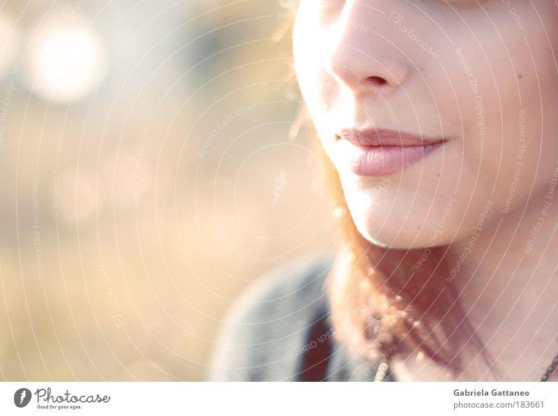 Lippengeschichten Farbfoto Außenaufnahme Textfreiraum links Licht Schatten Unschärfe feminin Haare & Frisuren Nase Mund brünett atmen genießen Lächeln