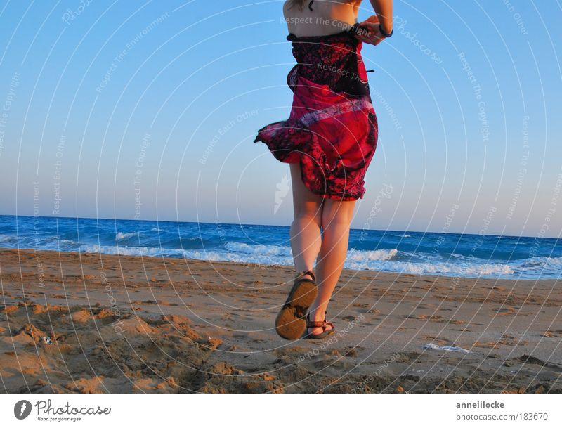 summertime Abend Rückansicht Freude Glück Leben Zufriedenheit Ferien & Urlaub & Reisen Tourismus Ferne Sommer Strand Meer Insel Wellen feminin Frau Erwachsene