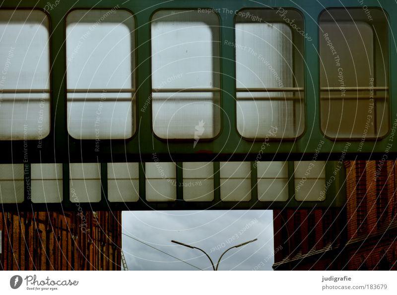 Hamburg Farbfoto Außenaufnahme Tag Bauwerk Gebäude Architektur Fassade Fenster Sehenswürdigkeit Alte Speicherstadt dunkel kalt Stadt Übergang Lampe
