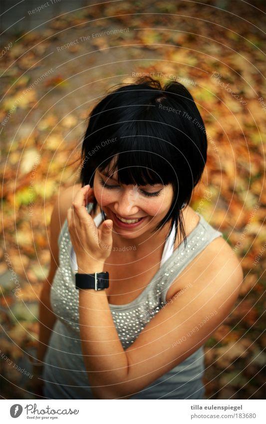 :) Frau Mensch Natur Jugendliche schön rot Freude Blatt gelb Farbe Herbst feminin Porträt lachen träumen