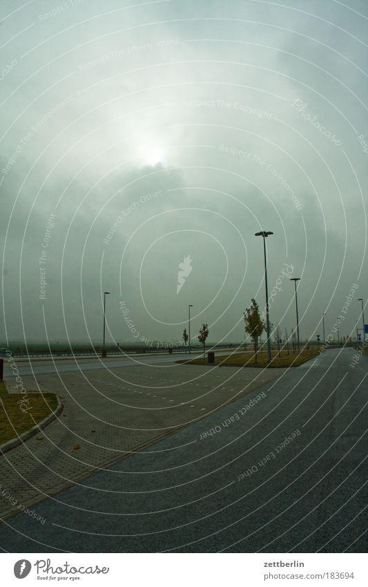Parkplatz herbst mecklenburg november vorpommern parkplatz autobahn wolken wolkendecke nebel sonnenaufgang tiefdruck laterne fahrbahn trist textfreiraum