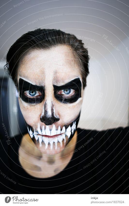 Tag der Toten Entertainment Party Karneval Halloween Frau Erwachsene Leben Gesicht 1 Mensch 30-45 Jahre Schminke Theaterschminke Schädel Maske Blick bedrohlich