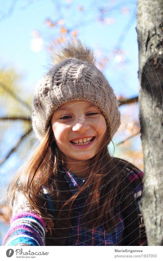 Schönes lächelndes Mädchen auf dem Herbstbaum Garten Mensch Gesicht Auge 1 8-13 Jahre Kind Kindheit Natur Himmel Sonne Sonnenlicht Schönes Wetter Baum Blatt