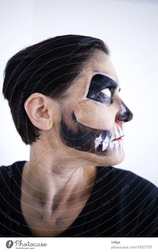 Zeit heilt alle Wunden ;-) Mensch Frau Gesicht Erwachsene Leben Tod Freizeit & Hobby Maske Karneval gruselig Halloween Schädel geschminkt Vor hellem Hintergrund