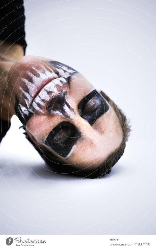 Es gibt ein Leben vor dem Tod. Lifestyle Freizeit & Hobby Karneval Halloween Erwachsene Gesicht 1 Mensch Maske Theaterschminke Schädel Lächeln liegen