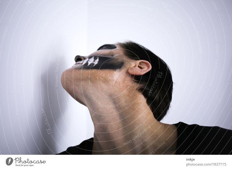 Halloween Karneval Frau Erwachsene Leben Gesicht Hals Kinn 1 Mensch dunkel gruselig Tod geschminkt Maske Schädel Theaterschminke Vor hellem Hintergrund Farbfoto