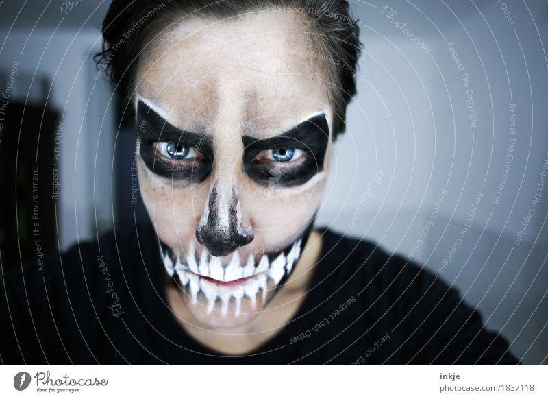 Halloween Lifestyle Freude Freizeit & Hobby Karneval Frau Erwachsene Leben Gesicht 1 Mensch 30-45 Jahre Schädel Grimasse Blick bedrohlich dunkel gruselig