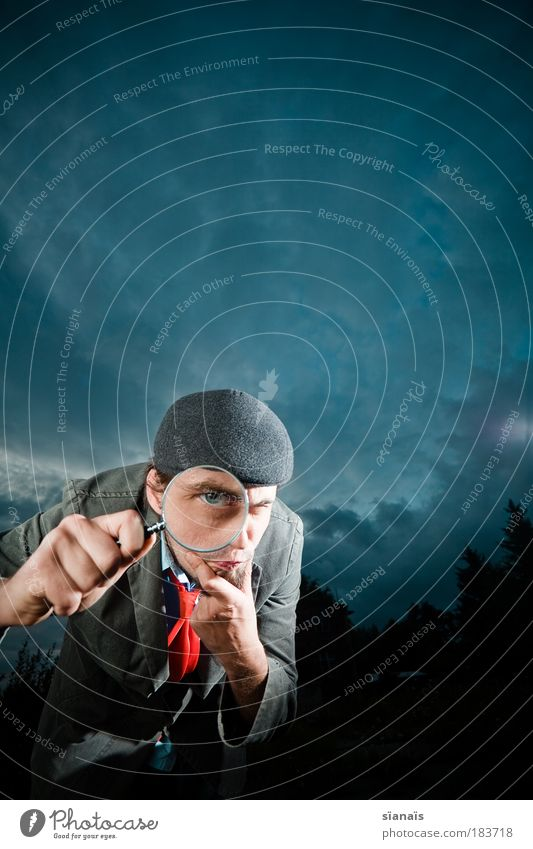 froodle Jagd maskulin Mann Erwachsene Hand 1 Mensch Hut Lupe beobachten Neugier Misstrauen Suche Detektiv spurenlesen Spitzel vergrößert Auge nachdenklich blau