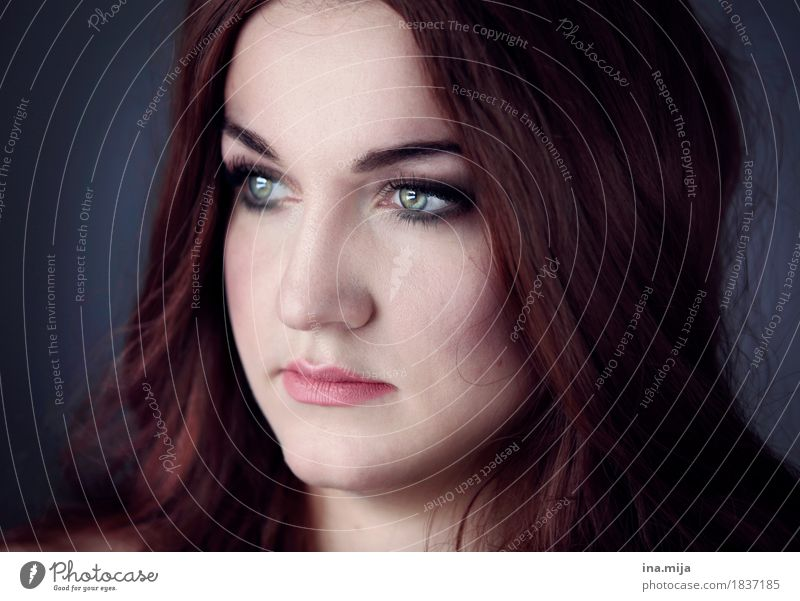 in Gedanken weit weg Mensch Frau Jugendliche Junge Frau 18-30 Jahre Gesicht Erwachsene Auge Leben feminin Haare & Frisuren träumen Kraft ästhetisch authentisch