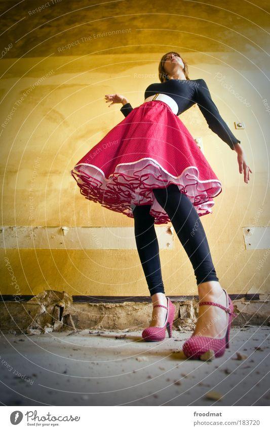 elegance Mensch Jugendliche schön rot feminin träumen Mode Schuhe blond Kraft elegant groß ästhetisch Perspektive Coolness Wandel & Veränderung