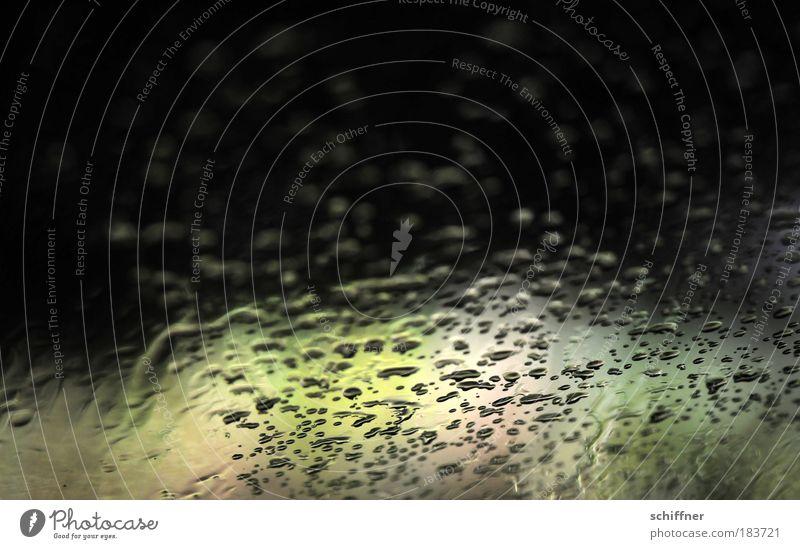 Das Grauen lauert Einsamkeit dunkel Traurigkeit Angst gefährlich Autofenster Tropfen Sehnsucht gruselig Scheinwerfer Erschöpfung Unlust Makroaufnahme
