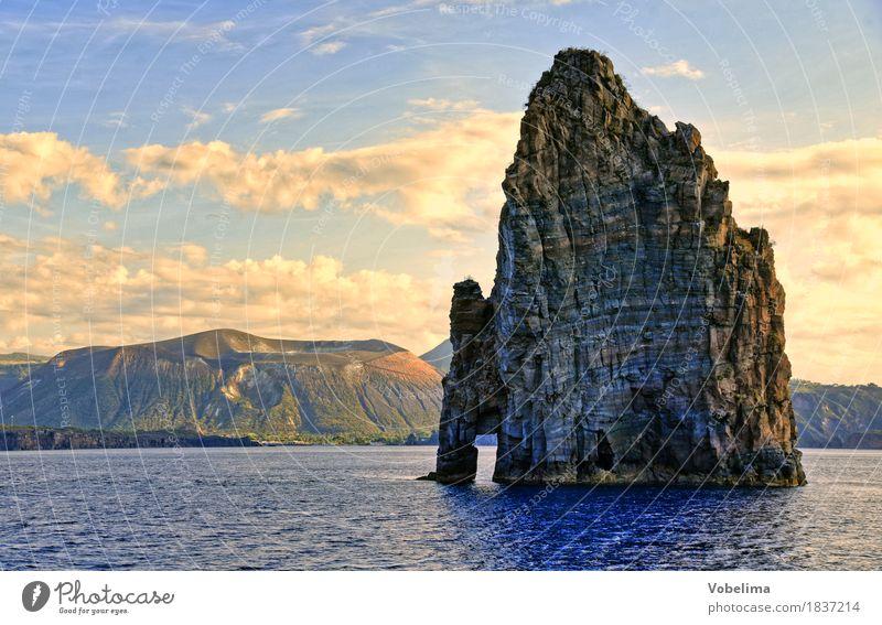 Felsen bei Lipari Natur blau Wasser Meer Landschaft Wolken Umwelt gelb Küste grau braun Felsen gold Urelemente Mittelmeer Vulkan