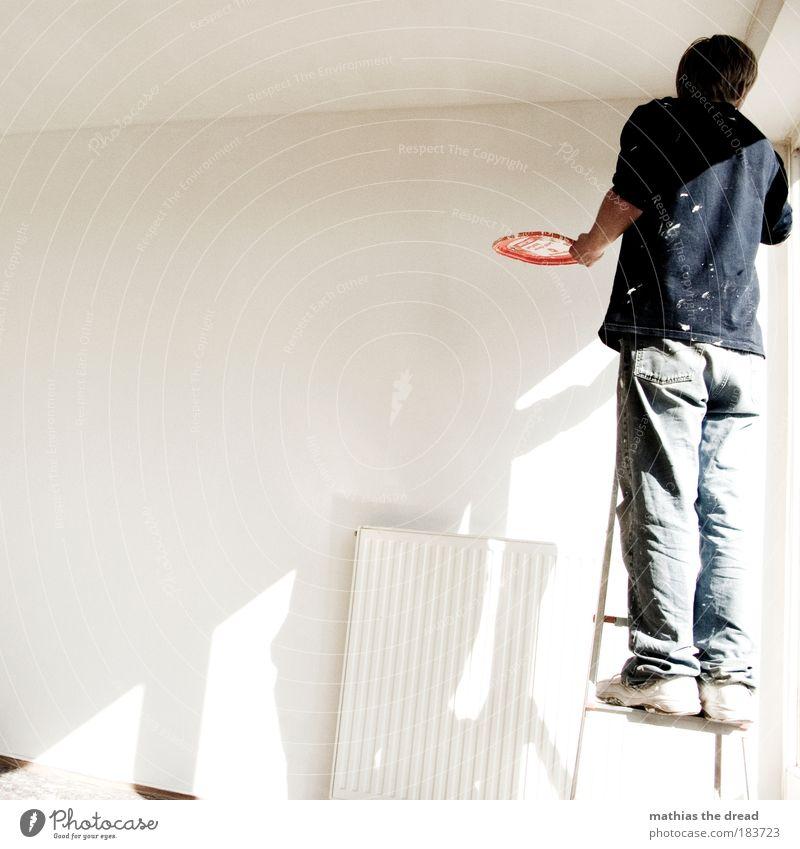 BIS IN DIE KLEINSTE ECKE weiß ruhig Erwachsene Wand Mauer hell Raum Wohnung Innenarchitektur maskulin authentisch Mann neu Jeanshose Sauberkeit streichen