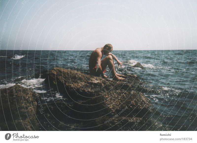 neverland Mensch Jugendliche blau Meer Erwachsene Ferne Freiheit Küste Traurigkeit träumen braun Wellen Felsen sitzen Ausflug maskulin