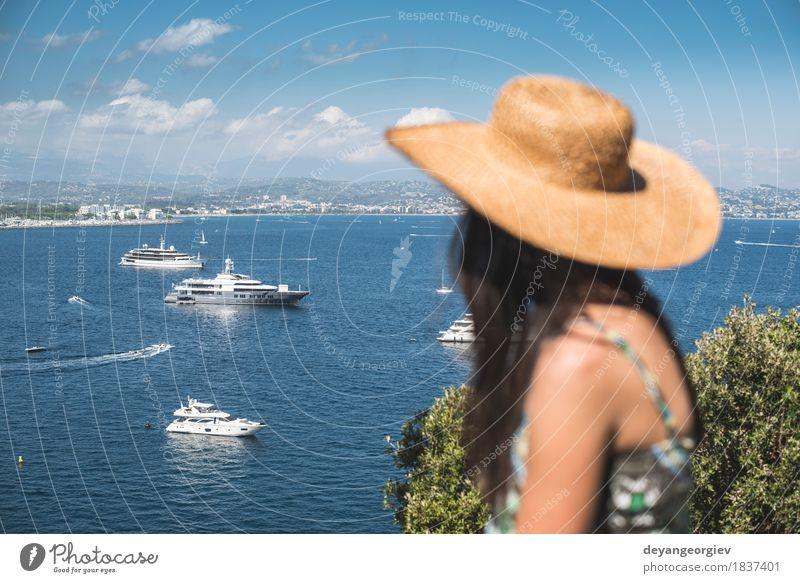 Frau mit aufpassenden Yachten des Sommerhutes Lifestyle Reichtum Glück schön Erholung Ferien & Urlaub & Reisen Tourismus Kreuzfahrt Strand Meer Mensch Mädchen