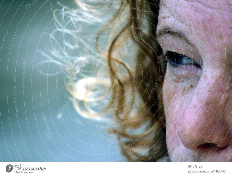 significance Wegsehen Haut feminin Frau Erwachsene Kopf Gesicht Auge Nase beobachten Blick Sommersprossen woman Augenbraue Einsamkeit Vertrauen feelings Gefühle
