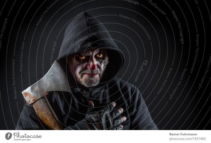 ein seltsamer Mann mit Axt Mensch Erwachsene Kopf Design maskulin 45-60 Jahre beobachten bedrohlich gruselig Jagd Gewalt Aggression Halloween Nachtleben
