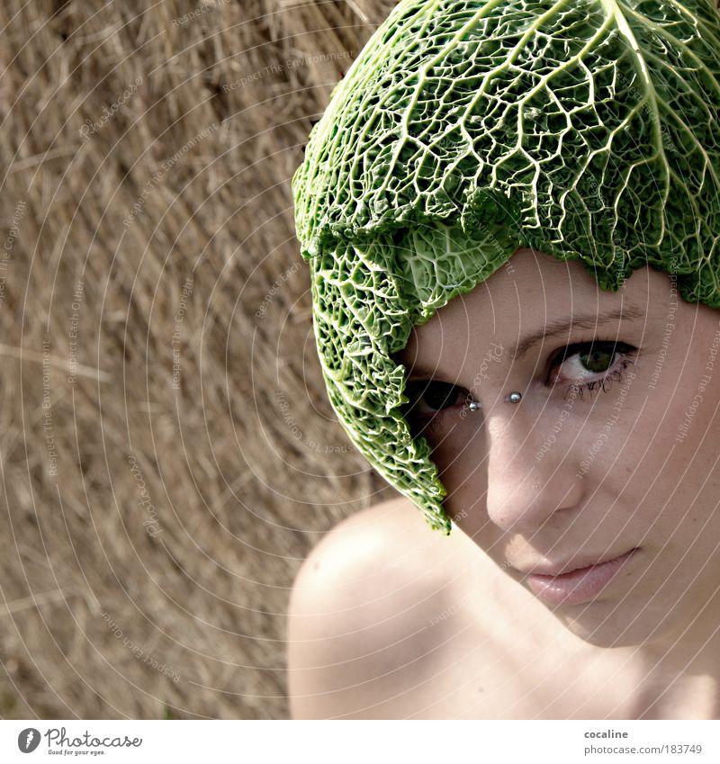 """NaturGEWALT Farbfoto Außenaufnahme Nahaufnahme Textfreiraum links Tag Licht Schatten Sonnenlicht Porträt Blick Blick in die Kamera Gemüse Getreide """"Weißkohl"""