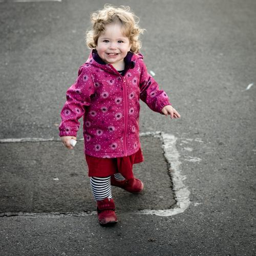 Kind malt auf Asphalt... Mensch feminin Kleinkind Mädchen Familie & Verwandtschaft Kindheit Leben 1 1-3 Jahre Rock Jacke Schuhe Haare & Frisuren brünett blond
