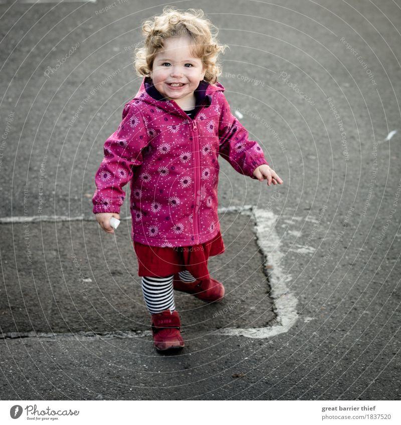 Kind malt auf Asphalt... Mensch rot Freude Mädchen Leben Herbst feminin Familie & Verwandtschaft lachen grau Haare & Frisuren rosa blond Kindheit Schuhe