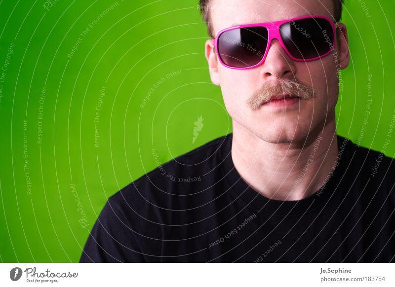 Say Hello to Mr Cooper Mensch Jugendliche grün Erwachsene Junger Mann 18-30 Jahre außergewöhnlich rosa maskulin Lifestyle Porträt Mann Coolness T-Shirt Kitsch Bart