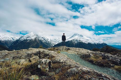 Majestätische Berge Natur Ferien & Urlaub & Reisen Jugendliche Junger Mann Landschaft Wolken Freude Ferne Winter Berge u. Gebirge Glück Freiheit Stimmung Felsen