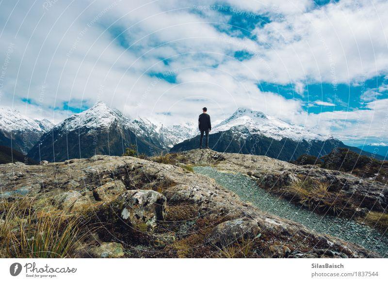 Natur Ferien & Urlaub & Reisen Jugendliche Junger Mann Landschaft Wolken Freude Ferne Winter Berge u. Gebirge Glück Freiheit Stimmung Felsen Ausflug wandern