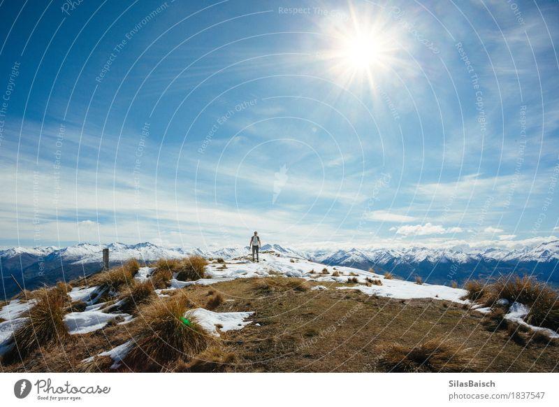 Den Gipfel erobern Lifestyle Freizeit & Hobby Klettern Bergsteigen wandern Junger Mann Jugendliche 18-30 Jahre Erwachsene Natur Landschaft Sonne