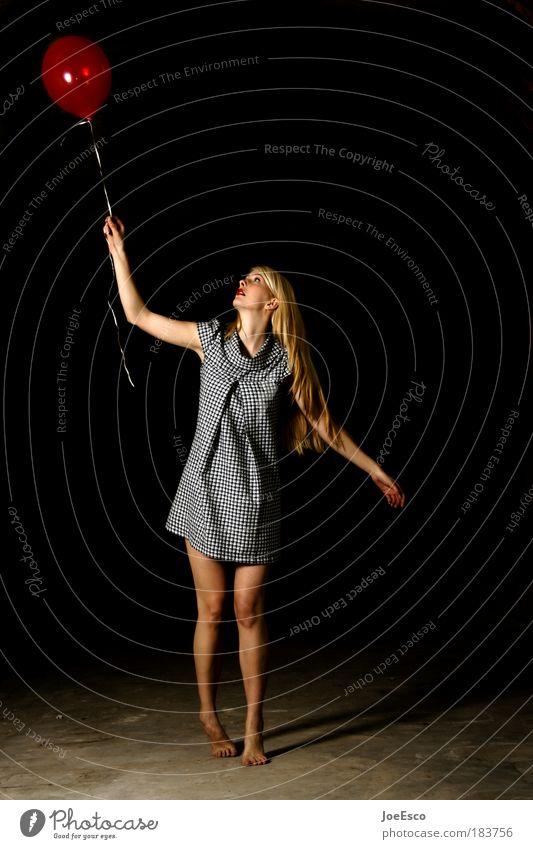 ...denk an dich und lass ihn fliegen. Frau Mensch schön rot Bewegung Freude Leben Porträt Ganzkörperaufnahme feminin Spielen Freiheit träumen Tanzen Feste & Feiern blond