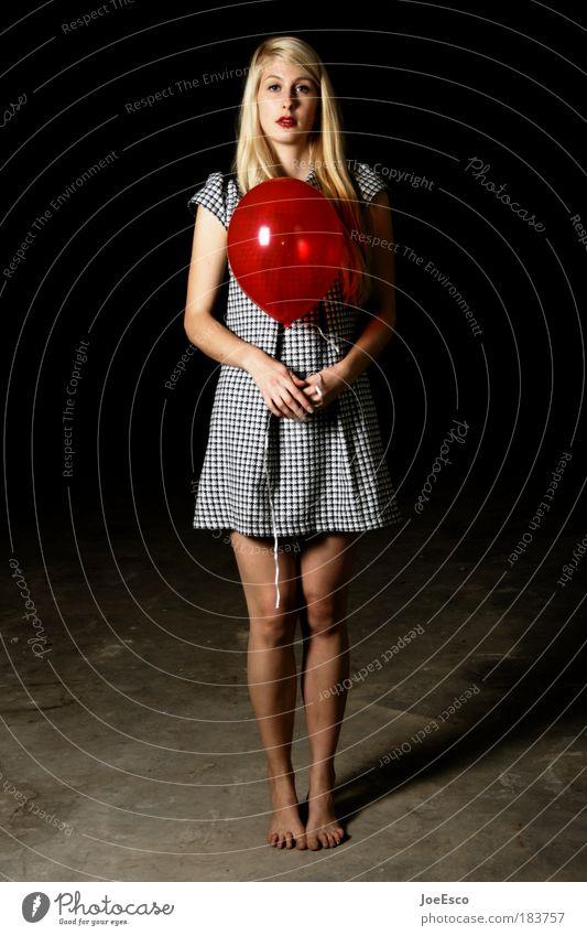 hast du etwas zeit für mich... Frau Mensch schön Freude Erwachsene Ganzkörperaufnahme feminin dunkel Textilien Stimmung Feste & Feiern blond stehen Boden Luftballon einzigartig