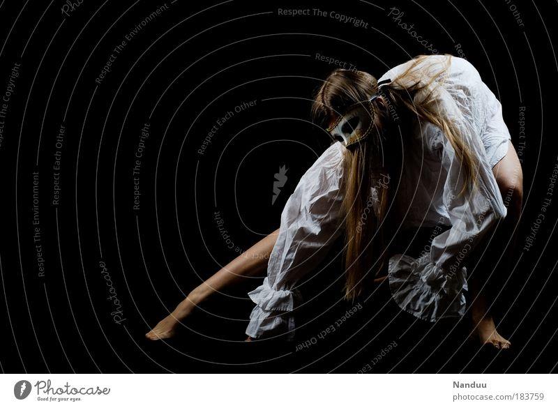 Auferstehung Frau Mensch Jugendliche dunkel feminin blond Erwachsene Ganzkörperaufnahme Farbe Künstler Körperhaltung Maske gruselig Hemd Bühne skurril