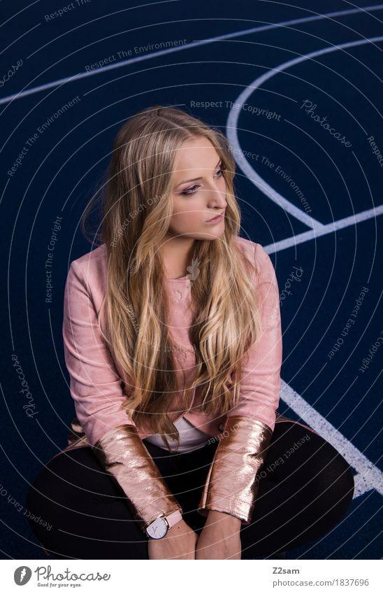 schon schön! Jugendliche blau Stadt Junge Frau 18-30 Jahre Erwachsene Lifestyle Stil Mode Design rosa träumen elegant blond sitzen