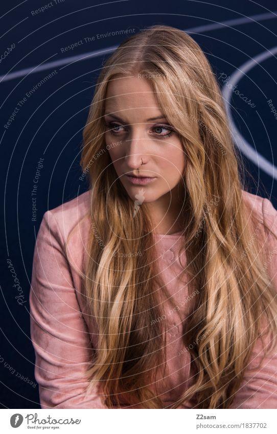 Scho schee Jugendliche blau schön Junge Frau 18-30 Jahre Erwachsene Lifestyle Stil Mode Design rosa elegant modern blond sitzen Coolness