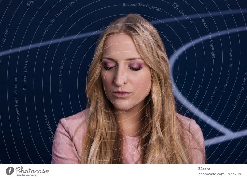 dreamer Lifestyle elegant Stil schön Junge Frau Jugendliche 18-30 Jahre Erwachsene Stadt Platz Mode Mantel blond langhaarig träumen blau rosa Coolness ruhig