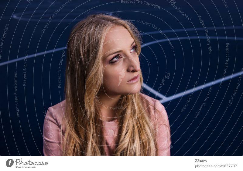 Voller Erwartung Jugendliche blau Stadt schön Junge Frau 18-30 Jahre Erwachsene Lifestyle feminin Stil Mode Design rosa elegant blond sitzen