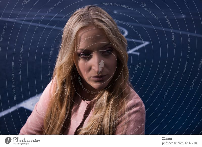 schön Lifestyle elegant Stil Junge Frau Jugendliche 18-30 Jahre Erwachsene Mode Jacke blond langhaarig trendy modern Design beauty edel low light