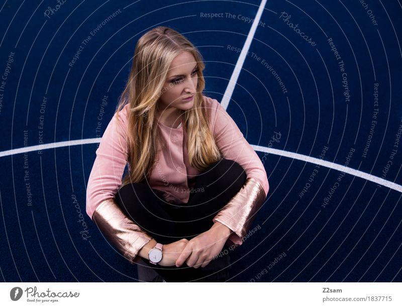 fashion queen Jugendliche blau Junge Frau Stadt schön 18-30 Jahre dunkel Erwachsene Lifestyle Mode rosa Design Linie träumen modern elegant
