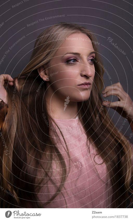 Haarsträubend Lifestyle elegant Stil schön Junge Frau Jugendliche 18-30 Jahre Erwachsene Mode Mantel blond langhaarig berühren streichen dunkel trendy modern